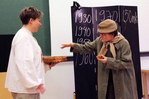 Yksi tuhansien joukossa –näytelmä toi monelle muistot mieleen. Sanna Saarinen ja Kati Sirén.